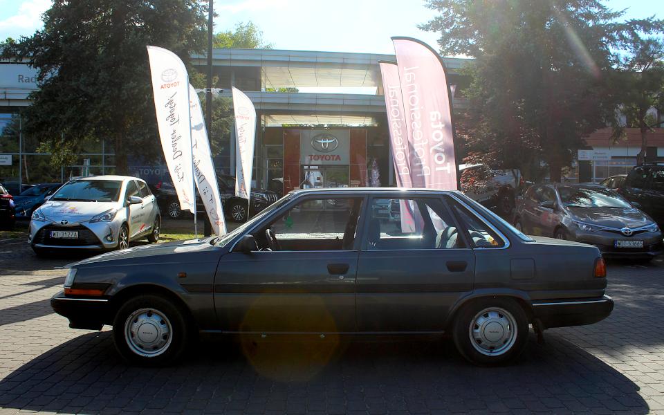 Toyota Carina II przed salonem Toyoty w Radości