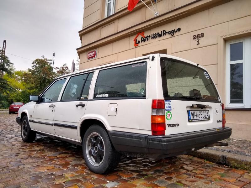 Volvo 940 pod hostelem Petit Prague w Pradze