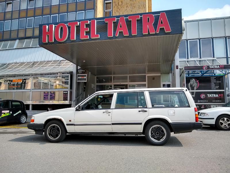 Volvo 940 pod hotelem Tatra w Koprzywnicy