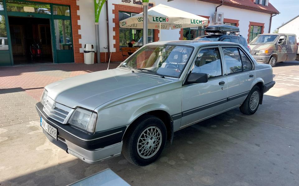 Stary Pojazd i Może - Opel Ascona na stacji benzynowej